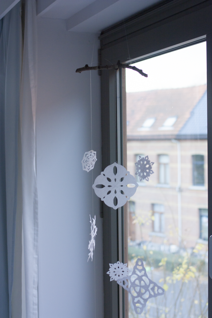 "rougeimaginaire: ""DIY snowflake mobile"""